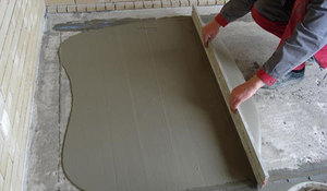 Выравнивание пола цементно-песчаным раствором